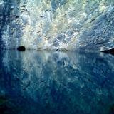 Wie sich der Schiefer im blauen Wasser spiegelt
