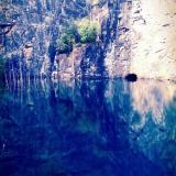 durch den Schiefer wirkt das Wasser Blau